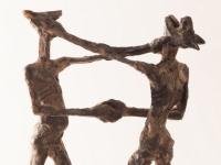 zwei hunde geben sich die hand wachs fuer bronze
